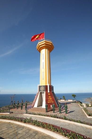 Cột cờ lớn trên đỉnh núi Thới Lới 169 mét cao nhất Lý Sơn.