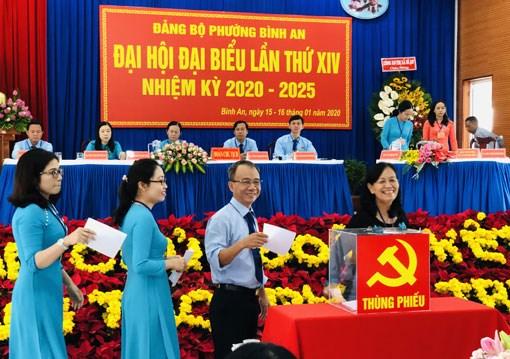 Bỏ phiếu bầu đoàn đại biểu đi dự Đại hội cấp trên (Đảng bộ phường Bình An, thị xã Dĩ An, tỉnh Bình Dương).