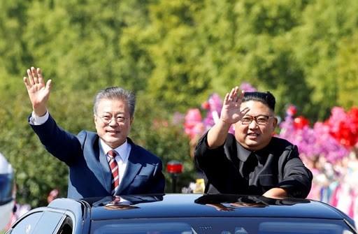Lãnh đạo hai miền Triều Tiên vẫy tay chào người dân trong cuộc diễu hành ở Bình Nhưỡng ngày 18/9/2018 Ảnh: Reuters.