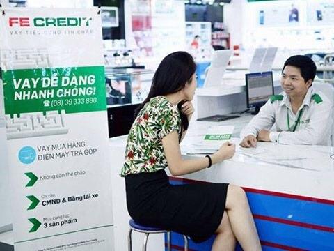 Công ty tài chính Fe Credit mời chào khách hàng vay tiền.