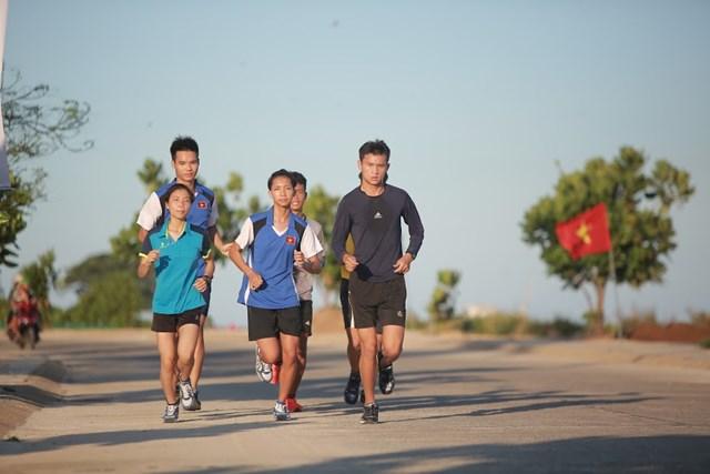 Cảm xúc của các runner sẽ đầy dâng trào và hừng hực khí thế khi họ được chạy trên cung đường phủ kín sắc đỏ của 3.000 lá cờ Tổ quốc.