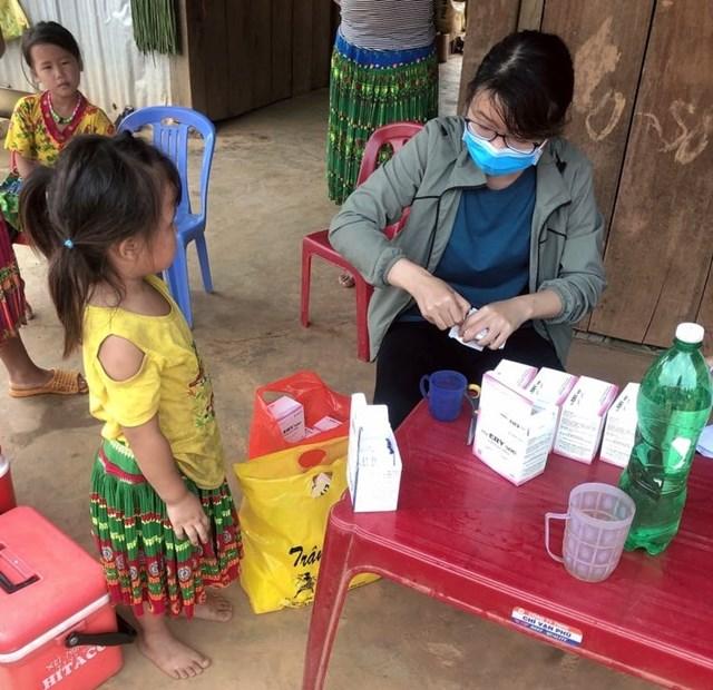 Ngành Y tế cho người dân uống thuốc điều trị, phòng bệnh tại các ổ dịch bạch hầu.