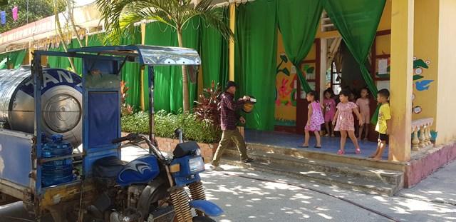 Trường mầm non xã Tượng Văn phải chi mỗi tháng từ 6 – 8 triệu đồng để mua nước sạch.