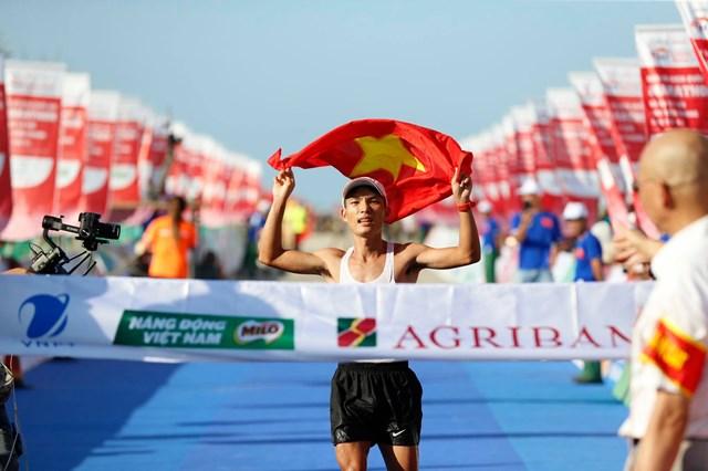 Tiền Phong marathon 2020: Hoàng Nguyên Thanh vô địch cự ly 42 km - Ảnh 1