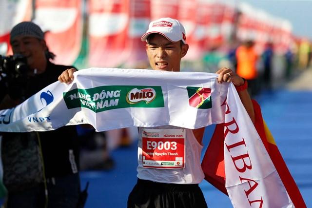 Hoàng Nguyên Thanh vượt qua các đối thủ sừng sỏ để cán đích đầu tiên nội dung marathon với thành tích 2 giờ 36 phút 56 giây.