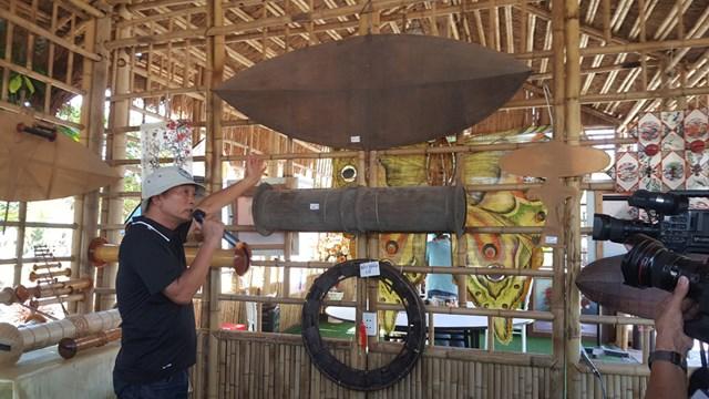 Cánh diều, bộ sáo cổ, có tuổi đời hàng trăm năm tuổi được trưng bày tại gian trưng bày lịch sử, truyền thống văn hóa diều sáo Việt Nam.