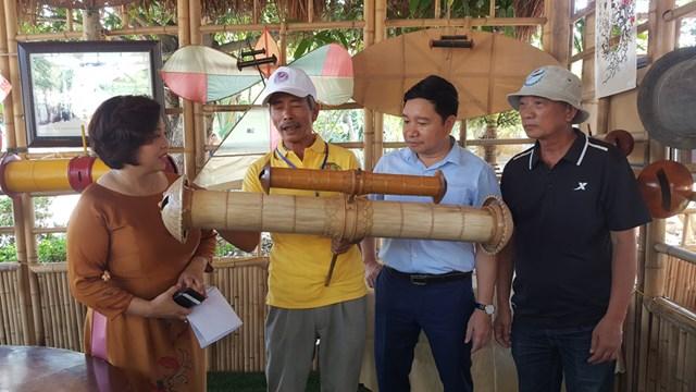 Nghệ nhân Trần Thúc Loan (Thái Bình) giới thiệu ống sáo độc đáo do mình chế tác.