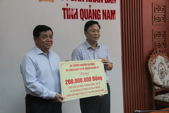 Bộ trưởng Nguyễn Chí Dũng trao 200 triệu đồng hỗ trợ các gia đình chính sách trên địa bàn tỉnh Quảng Nam.