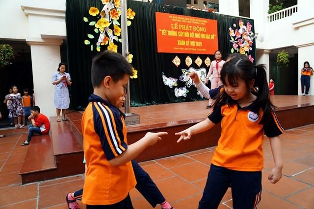 Hoạt động vui chơi ngoài giờ lên lớp tăng cường kĩ năng sống cho trẻ. Ảnh: Phạm Quang Vinh.