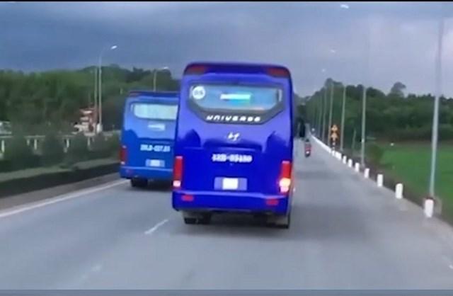 Xe chở công nhân của Công ty Doosan Vina cản trở xe chữa cháy. (Ảnh cắt clip).