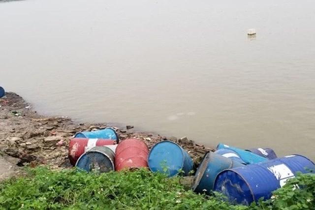 Bức tử các dòng sông bằng hành vi xả thải, đổ trộm hóa chất.