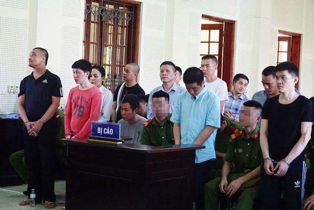 Nhóm bị cáo trong đường dây ma túy khủng tại TAND tỉnh Nghệ An chiều nay.