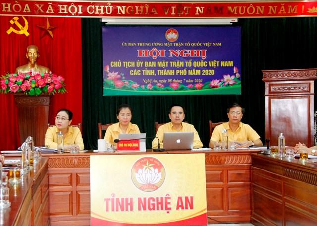 Bà Võ Thị Minh Sinh, Chủ tịch Ủy ban MTTQ Việt Nam tỉnh Nghệ An chủ trì tại điểm cầu tỉnh Nghệ An.