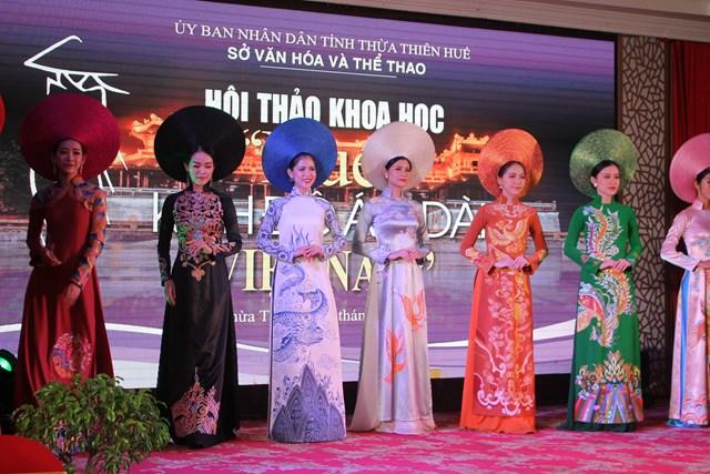 Trình diễn Áo dài Việt Nam.