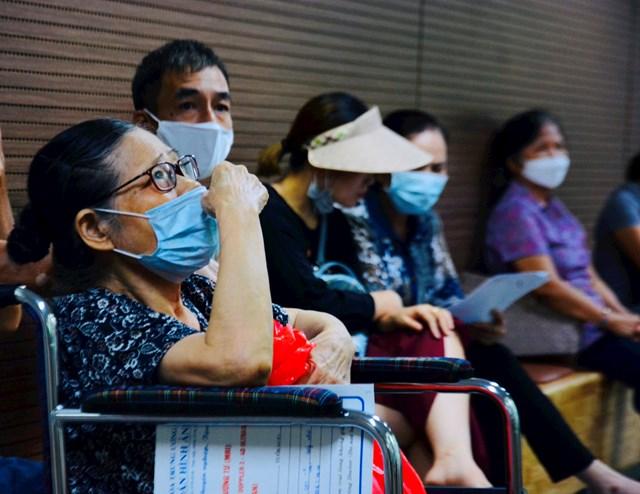 Bệnh viện Lão khoa Trung ương tiếp nhận thêm nhiều bệnh nhân lớn tuổi điều trị các bệnh liên quan tới nhiệt độ cao.