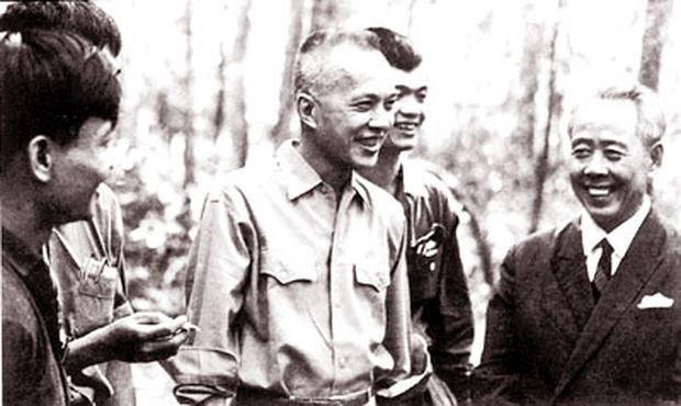 Cố Luật sư Nguyễn Hữu Thọ (giữa).