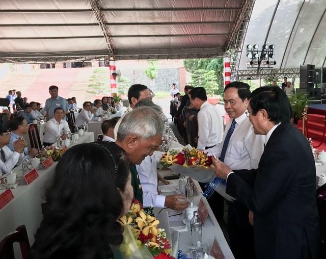 Chủ tịch Trần Thanh Mẫn cùng các vị lãnh đạo, nguyên lãnh đạo Đảng và Nhà nước thăm hỏi, tặng hoa các Bà mẹ Việt Nam Anh hùng và người có công với Cách mạng.
