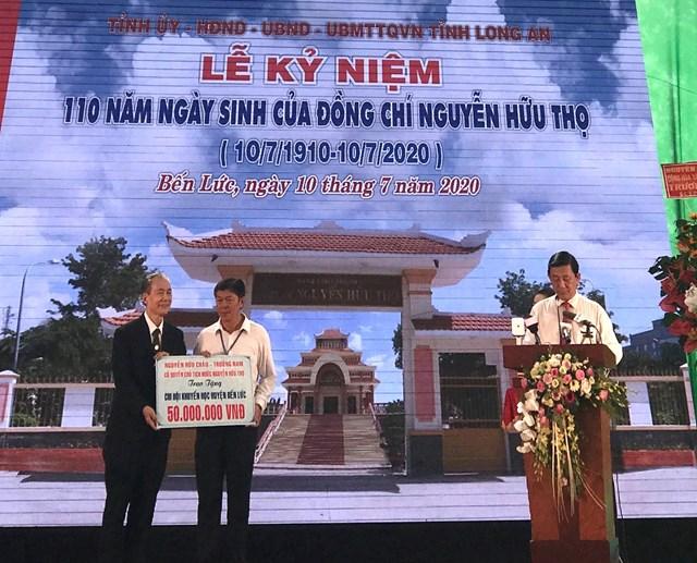 Ông Nguyễn Hữu Châu trao tặng học bổng cho Chi hội Khuyến học huyện Bến Lức.