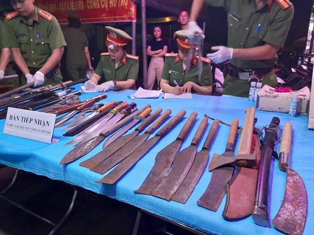 Người dân giao nộp các loại vũ khí.