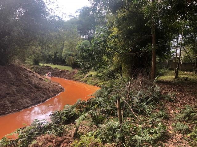 Khai thác quặng dẫn tới nguồn nước bị ô nhiễm nghiêm trọng.