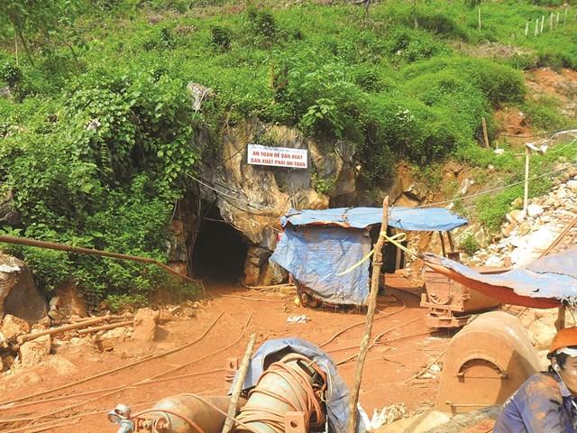 Trước cửa hang một khu mỏ tại xã Châu Hồng.