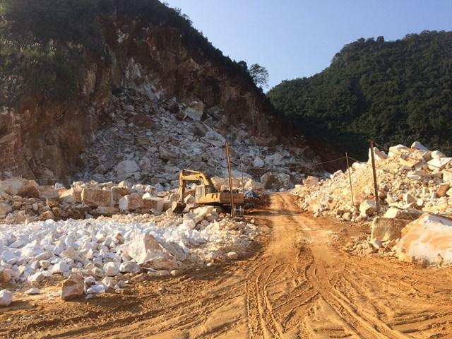 Khu vực khai thác mỏ đá trắng tại bản Ngọc (xã Châu Hồng, huyện Quỳ Hợp, Nghệ An), năm 2017.
