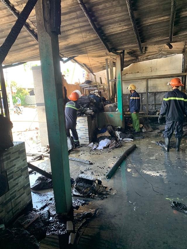 Lực lượng chức năng đã dập tắt ngọn lửa tại kho vải.