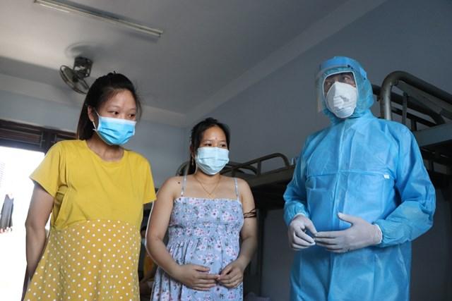 Các bác sĩ của Sở Y tế Quảng Nam thăm hỏi sức khỏe các sản phụ khi về cách ly tập trung tại địa phương.