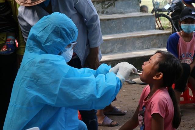 Ngành Y tế Đắk Lắk khám sàng lọc cho người dân ở nơi có trường hợp dương tính với bạch hầu.
