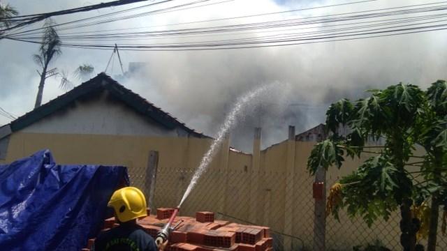 Lực lượng chức năng khẩn trương dập lửa 2 ngôi nhà này.