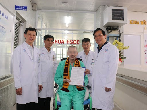 Bệnh nhân 91 nhận giấy chứng nhận xuất viện. Ảnh: VGP.