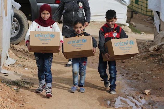 Trẻ em Syria nhận hàng viện trợ của LHQ. (Nguồn: Getty).
