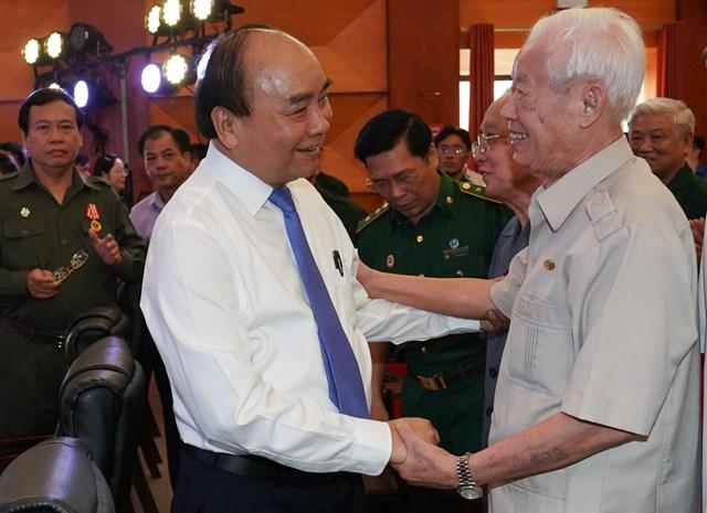 Thủ tướng thăm hỏi các cựu TNXP - Ảnh: VGP/Quang Hiếu.