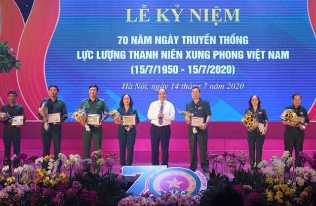 Thủ tướng Nguyễn Xuân Phúc tặng biểu trưng tôn vinh các TNXP điển hình tiêu biểu qua các thời kỳ - Ảnh: VGP/Quang Hiếu.