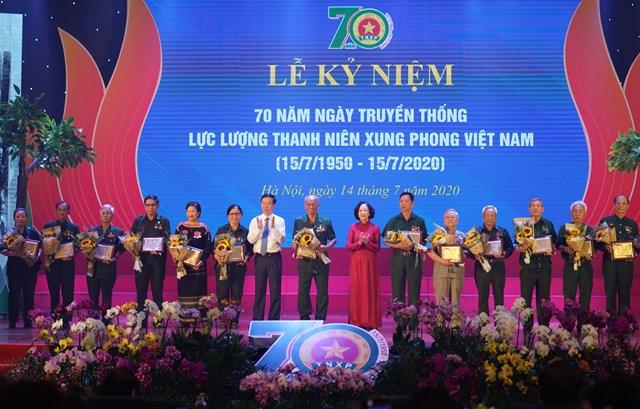 Trưởng Ban Dân vận Trung ương Trương Thị Mai và Trưởng Ban Tuyên giáo Trung ương Võ Văn Thưởng tặng biểu trưng tôn vinh các TNXP điển hình tiêu biểu qua các thời kỳ - Ảnh: VGP/Quang Hiếu.