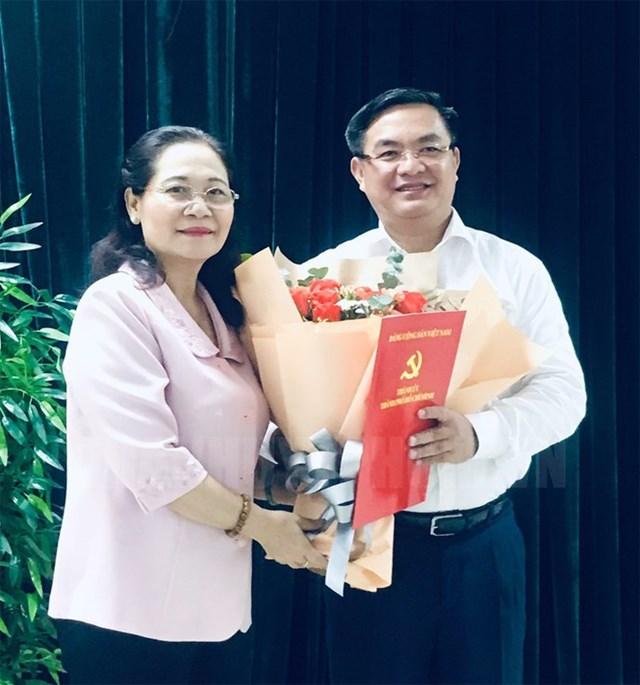 Ông Trần Trọng Tuấn (bên phải) nhận quyết định bổ nhiệm làm Phó Chánh Văn phòng Thành ủy TP HCM vào ngày 26/6 vừa qua. (Ảnh: Trang tin điện tử Đảng bộ TP HCM).
