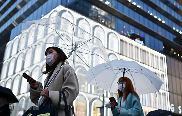 Người dân Tokyo đeo khẩu trang để phòng tránh lây nhiễm Covid-19. Ảnh: AFP.