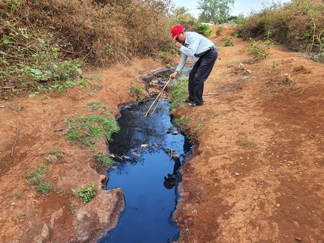 Nước thải từ cụm công nghiệp xả ra môi trường.