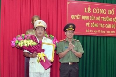Đại tá Võ Hùng Minh trao quyết định và chúc mừng Thượng tá Võ Công Bình.