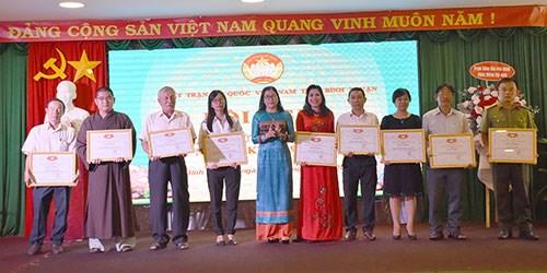 Chủ tịch Uỷ ban MTTQ tỉnh Bình Thuận tặng Bằng khen cho các tập thể và cá nhân có thành tích trong việc tham gia phòng, chống dịch Covid-19.