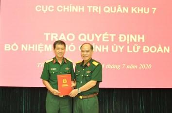 Đại tá Hoàng Đình Chung trao quyết định cho Thượng tá Đinh Hồng Quân.