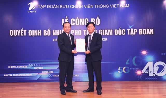Ông Phạm Đức Long trao quyết định bổ nhiệm Phó Tổng giám đốc Tập đoàn VNPT đối với ông Nguyễn Đình Danh.