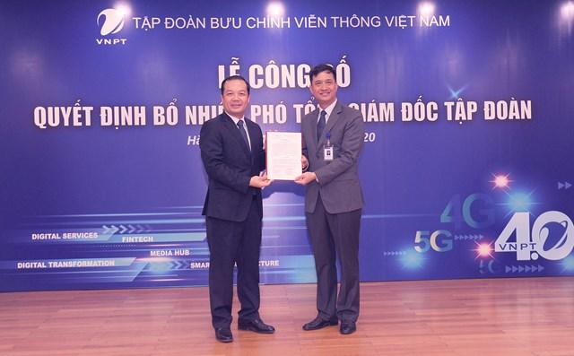 Ông Phạm Đức Long, Chủ tịch Hội đồng thành viên, Tổng giám đốc Tập đoàn VNPT trao quyết định bổ nhiệm Phó Tổng giám đốc Tập đoàn VNPT đối với ông Nguyễn Nam Long.