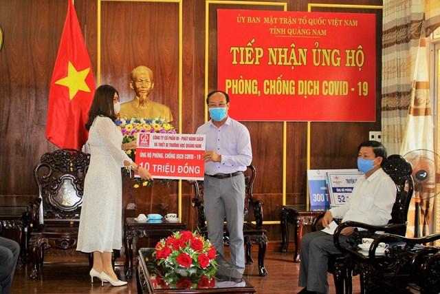 Lãnh đạo MTTQ Việt Nam tỉnh trong lần nhận hỗ trợ kinh phí chống dịch của các nhà hảo tâm.