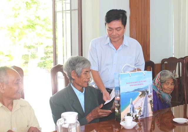 Ông Lữ Thanh Hải trao quà cho các gia đình chính sách tiêu biểu tại huyện Khánh Sơn.