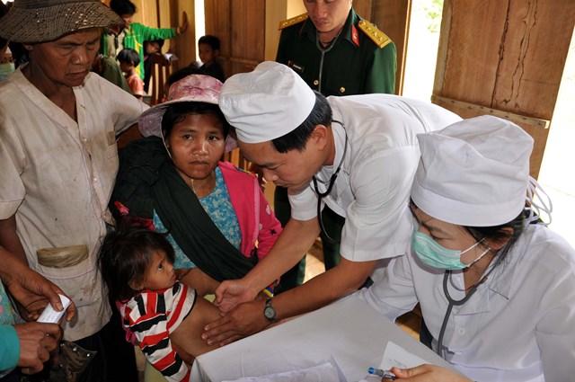 Khám bệnh cho người dân vùng cao để tăng cường công tác phòng chống dịch bệnh.