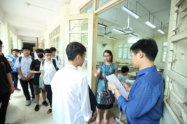 Thí sinh làm thủ tục dự thi tại trường THPT Việt Đức.