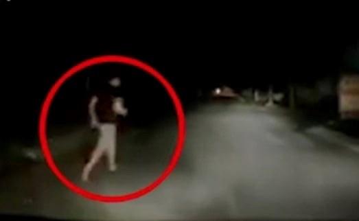 Lái xe Phạm Văn Hùng chạy thoát khỏi xe sau khi gặp cướp.