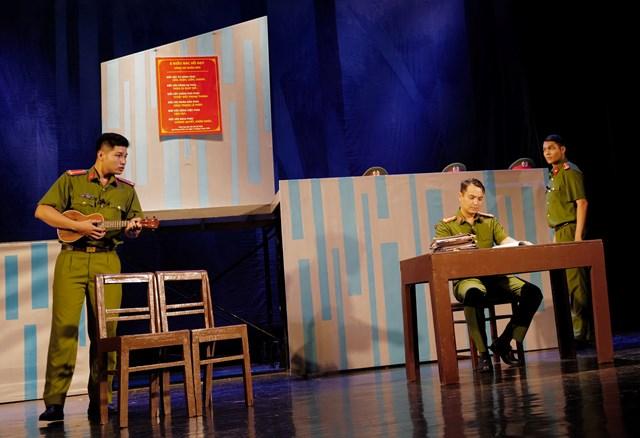 """Một cảnh trong vở """"Bộ cảnh phục"""" của Nhà hát Tuổi trẻ."""