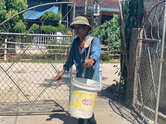 Người dân huyện Hương Khê (Hà Tĩnh) vất vả tìm nước trong những ngày nắng nóng. Ảnh: H.Nguyên.